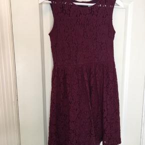Sød kjole fra Ellos. Lynlås bagpå med underkjole som ses på et af billederne 🌸