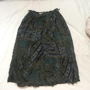 Flot grøn midi nederdel. Højtaljet med bæltestropper og lynlås bagpå. Afhentes i Århus eller sendes med dao.