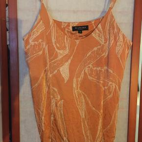 Selected Femme top i blød viskose, satinkvalitet, med regulerbare stropper. Str 34