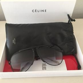 Céline solbriller. Etui og original æske medfølger. Brugt få gange. Solbrillerne har desværre små ridser på indersiden af begge glas, generer ikke synsfelt, men derfor prisen. Nypris 2400,- Pris 400,-pp Bytter ikke.