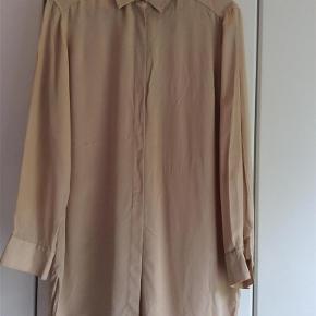 b659d0606e5 Varetype: Skjorte Farve: Champagne Oprindelig købspris: 1099 kr. Prisen  angivet er inklusiv
