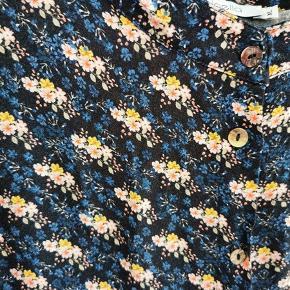 Feminin og behagelig kjole fra Noella, så fin på, brugt et par gange, så næsten som ny. Bryst 2x55cm., længde fra nakke og ned 110cm.