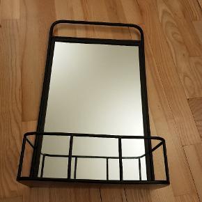 Spejl med hylde til at hænge på væggen. Købt i Bahne. Brugt kort tid. Sendes ikke.