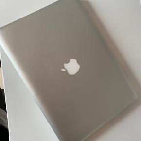 """Macbook Pro fra år 2011. 13""""  Brugt flittigt. Computeren har aldrig været til reparation eller været i stykker. Den har fungeret optimalt siden jeg fik den i 2011. Jeg har dog selv købt en ny, da jeg starter studie og skal have noget der vejer mindre.  Macbooken fejler intet, men den er fra 2011, så selvfølgelig kan man ikke sammenligne den med en nyere model. Den er i rigtig pæn stand, men har nogle små ridser i metallet.  Byd gerne."""