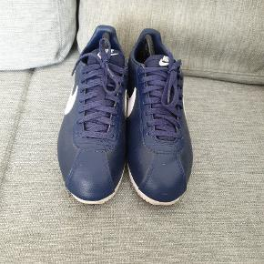 Super fede Nike Cortez i læder. OBS str 44 men fitter 43! De er en anelse små størrelsen. Cond 7/10. Intet OG medfølger. Den perfekte beater til gode penge 😏  Skriv endelig for mere info!