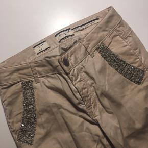 Beige farvet bukser str, 27 (cropped fit). brugt få gange, i meget pæn stand. Vaskes inden sending.  • nypris 1000.