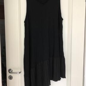 Det er en str m, men kunne ikke komme til at vælge det. Smart asymmetrisk kjole i viskose. Hel længde på det korteste er ca 88 cm og ca 110 cm på det længste. Bm ca 2x56 cm uden at strække Bytter ikke
