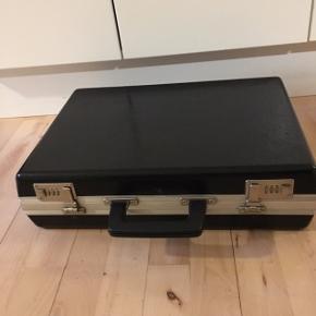 Kuffert sort med flere rum og kode. Ældre  45 længde  32 bred Højde 13 cm