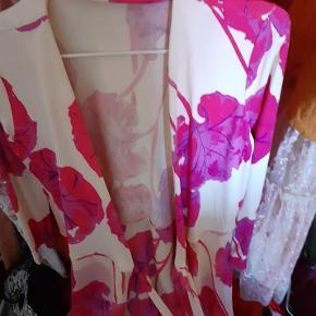 utrolig smuk kjole jeg har været glad for og passet på. det meste af den er silke. jeg har nok brugt den 5 gange