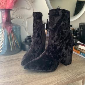 Lækreste velour støvler, brugt en gang. De er så dejlige at have på!