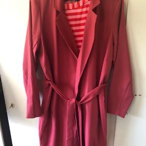 Super fin jakke i tynd kvalitet - med bindebånd og i trenchcoat stil. Er Zizzi str M. Brugt en gang.