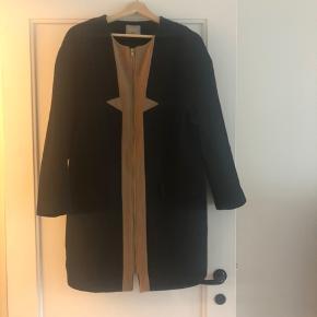 Sort frakke fra Zalando. Købt for en del år siden men er næsten ikke brugt. Perfekt som overgangsjakke!
