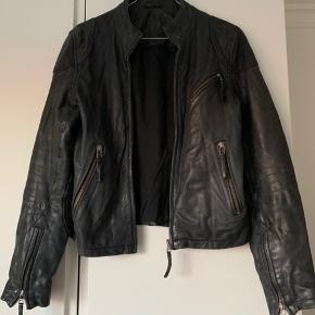 Læderjakke fra MDK i str. 36. Den er blevet brugt, og det kan ses en smule nogle enkelte steder på jakken, men det er ikke tydeligt. Flere billeder kan sendes, hvis det ønskes. Byd gerne :-)