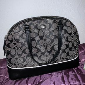 Taske fra COACH, købt i USA- Jeg kender ikke den oprindelige pris, da det er en jeg har fået. Men på nettet sælges lignende coach tasker til omkring 1000 kroner for ny. Der følger en ekstra rem med til tasken så den kan blive længere og dermed også fungere som skulder taske 😁