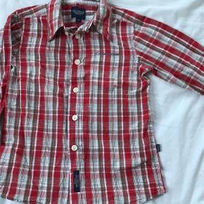 Brand: Cottonfield JR  Varetype: Skjorte Farve: Rød  Smart skjorte med gode detaljer, str 98. Gmb - i fin stand. Trænger nok lige til at blive strøget :-)   Mp 30pp