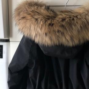 Så flot jakke fra MINI A TURE, med aftagelig pels. STR 4 ÅR.  Den er i flot stand og kun brugt til finere brug. 700 Prisen er pp / mobilepay