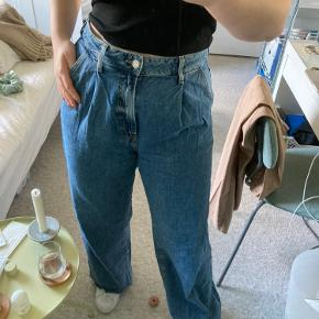 """Blå jeans fra Zara med wide leg/brede ben, pleats foran og raw hem. Har ikke """"normale lommer"""" bagpå, se billede 3. Str. 42  Kan købes over TS, eller afhentes på min adresse i Rødovre."""