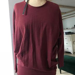 Beskrivelse Rustfarvet bluse fra Mellow Rose.  Har 3 helt nye bluser i str. xs, s m.  Nypris 350kr/stk.  Aldrig brugt.  Oversize model, raglan ærmer, stramme ærmer ved underarmen. Og sidder lidt til forneden.