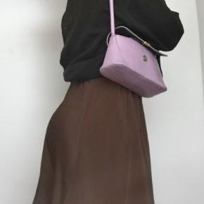 Fin nederdel, lavet ud fra silke kjole. God til sommeraftener eller til en tur i byen. Let og elegant. Kom med et realistisk bud:))