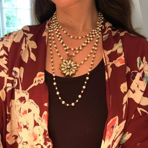 Sælger denne utrolig smukke halskæde, da jeg ikke rigtig går med smykker mere. Den pifter et outfit op og giver et romantisk look. Kan justeres i længden. Pæn stand og brugt meget lidt.  Køber betaler porto. Bytter ikke.  Søgeord: Maria Black, Jane König, Maanesten, Julie Sandlau, Pico, Pandora, Ganni.