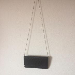 Ukendt - taske Næsten som ny Farve: sort flet Kæden kan tages af Har 2 rum Mål: Længde: 24 cm Højde: 15 cm Bredde: 3 cm (kan dog udvides til mere) Køber betaler Porto!  >ER ÅBEN FOR BUD<  •Se også mine andre annoncer•  BYTTER IKKE!