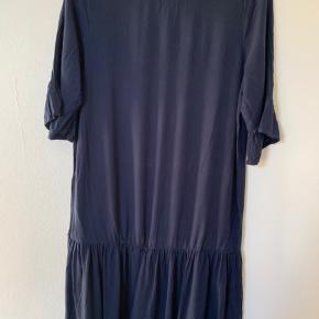 Så fin kjole fra Ichi med de fineste ærmer. God længde og normal pasform. Brugt ca 3 gange. Nypris 499.