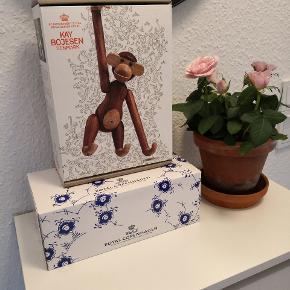 Sælger kasserne til den lille Kay Bojesen abe samt Blue Elements kopper sampak med 2 stk. KAY BOJESEN ÆSKEN ER SOLGT   ▪️Sender gerne/køber betaler porto ▪️Returnerer ikke ▪️Afsendes i en kasse