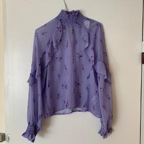 Vildt flot lilla gennemsigtig bluse fra gina tricot. Aldrig brugt, ny stadig med prismærke