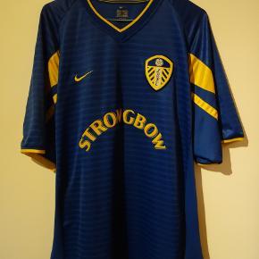 Leeds' udebanetrøje fra sæsonen 2001/2002  Kan afhentes på Nørrebro eller sendes på købers regning.  Tags: fodbold, fodboldtrøje, fodboldtrøjer...