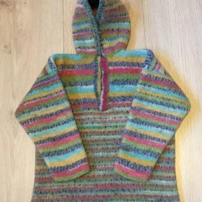 Hjemmestrikket uld sweater til dreng og pige i regnbue striber med hætte. Har været vasket, tæt i ulden Ellers som ny