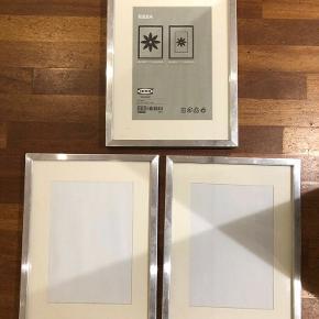 Tre rammer med sølvfarvet kant og glas. Måler 30 * 40 cm.  20 kr pr stk eller Samlet pris 50 kr