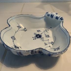 Fin porcelænsskål fra B&G formet som en musling. Skålen fremstår uden skår i perfekt stand. 1. sort. Højde 4 cm og længde x bredde; 17x17 cm