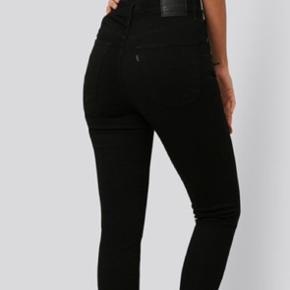 Sælger et par sorte og mørkeblå Levis jeans str 29.  Lækre bløde jeans, så skønne at have på og sidder bare perfekt! Model Mile High super Skinny.