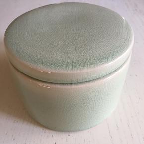 Fin lille opbevaring med låg fra Broste i henad mintgrøn. Måler Ø12 cm og ca 8,5 cm høj Har en let, halvtransparent glasering