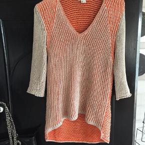 Varetype: Bluse Farve: Orange Oprindelig købspris: 36 kr.  Skøn bluse i friske farver fra Helmut Lang, str.M  750,-