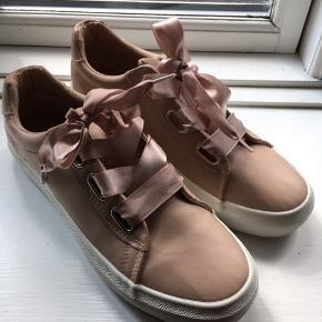 Fine sneakers med silkesnører fra Even & Odd. Brugt få gange