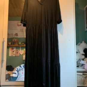 - vare: sort lang kjole  - mærke: fashion VRS woman  - str: XXL - masser af stræk i  - materiale: 100% viskose  - BM: 64 cm fra ærmegab til ærmegab  - stand: kun prøvet på  - mp: 100 kr + Porto - har ingen kvittering