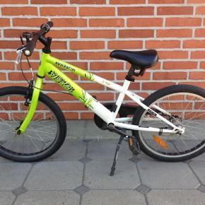 """Rocky 20"""" børnecykel. Sælger denne flotte og køreklar drengecykel med 3 gear, pedal- og håndbremsen virker optimalt og der er få brugsmærker. Den kan ses og hentes i Kolding"""