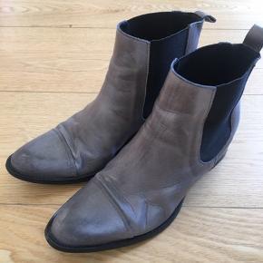 Skønne ankelstøvler i grå nuance fra Bianco.  Perfekt stand. Nypris 1.000