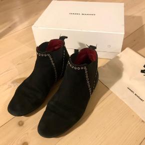 Isabel Marant 'Lars' støvler i sort ruskind med sølv eyelets. Mangler et par eyelets- se billeder.. flere kan sendes :)