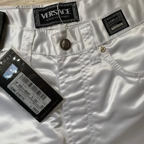 Flotteste Versace vintage bukser i hvide, som jeg desværre ikke har fået brugt.  De er en smule gennemsigtige   Ville mene at de ca svare til en størrelse 25