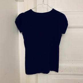 Fed sort t-shirt med pige på. Har lidt puf i ærmerne. Jeg har brugt den som en str XS