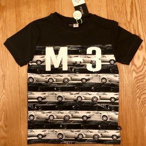 Varetype: Ny bil t-shirt Farve: SORT Oprindelig købspris: 300 kr.  NY Molo t-shirt med biler.  Fast pris - nypris 300 kr.  Str 128 Kan sendes forsikret med dao a 36 kr.  Handler gerne MobilePay.  Ved ts handel betaler køber ts gebyr