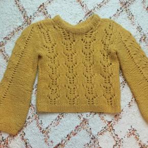 Flot, hjemmestrikket sweater i det blødeste alpacca. Det er en Ganni efterligning og brugt få gange.  Str xs/s og en lidt kortere model, perfekt til styling med forårets nederdele!
