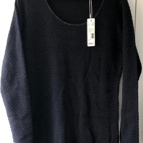 Varetype: Midi Farve: Sort Oprindelig købspris: 599 kr.  Dejlig varm strik kjole fra Esprit - aldrig brugt og stadig med tags.Jeg sender med Dao til 37kr og giver gerne mængde rabat ved køb af flere ting.