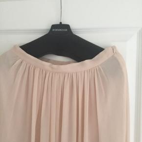 Hel lang nederdel med lynlås i taljen. Brugt til bryllup, men kan også sagtens styles til noget mere casual