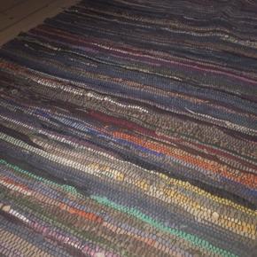 Slidstærkt gulvtæppe i læder fra storebror. Ikke brugt da det var for langt til dets placering. Måler 90*175 Kun afhentning