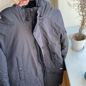 Varm vinterjakke fra Carhartt i fin stand. Der er ingen tydelige tegn på slid, men den er selvfølgelig lidt brugt. Byd i kommentarfeltet.   Køber betaler fragt.