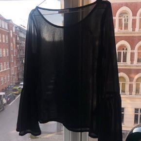 Gennemsigtig polyester bluse fra Deviér, brugt men fejler intet. Nypris 600kr.  Køber betaler fragt - bytter ikke 😊