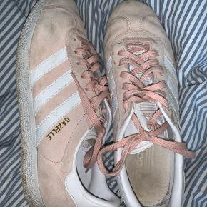 Mega seje og behagelige Adidas Gazelle sko! Har en støvet Rosa farve 💗 hvis det lige bliver vasket med en klud er de så gode som nye 💖